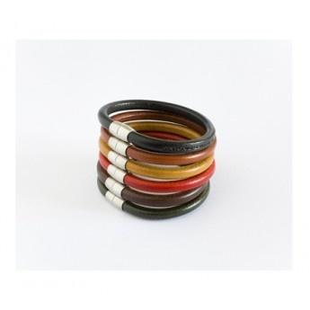 Original pulsera de cuero modular formada por seis pulseras redondas, cada una de ellas de cuero de color diferente con cierres magnéticos de acero inoxidable. Se pueden usar individualmente Debido a sus cierres magnéticos puede transformarse en collar al ir uniendo las pulseras de una en una hasta conseguir la largura deseada. http://www.tutunca.es/pulseras-autentico-cuero-italiano-colores