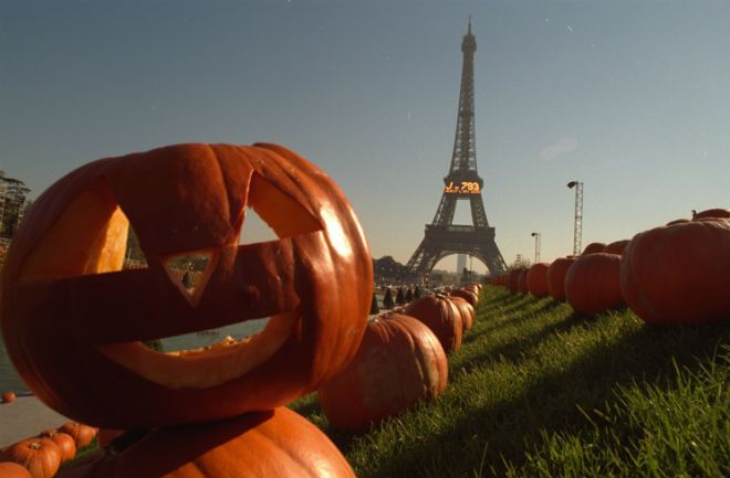 """Paris is known as the """"City of Lights,"""" but there's a dark side to the French capital, too. Here are """"5 creepy things to do in Paris for Halloween""""!"""