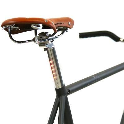 Superbe fixie convertible singlespeed de la marque américaine State Bicycle Co., le Rutherford, très chic avec un look vintage. Possibilité de choisir son guidon : Bullhorn, riser, ou drop ! Un plus indéniable de customisation, et pour le même prix. Toutes les spécifications ci-dessous.