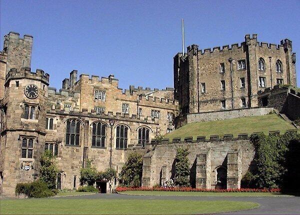 ダラム城と大聖堂 - イギリス・ダラムにあるノルマン様式の城 http://pbs.twimg.com/media/BJ-6d_5CAAAUDaW.jpg