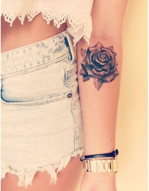Une rose sur l'avant-bras
