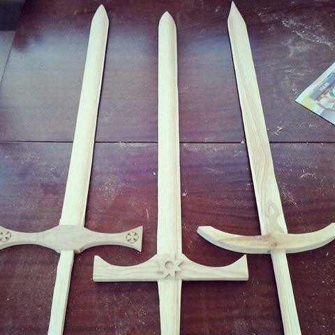Ya van tomando forma! Últimos retoques... y a la sala de pintura! #medieval #hechoamano #artesanía #espadas