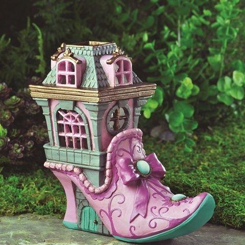 Fairy gardens - eventyrhaver – miniaturehaver skabes ofte i en plantekumme som f.eks. en halv tønde eller en stor krukke, men kan naturligvis også indpasses i et stenbed, højbed eller i et område af haven. Mange synes særlig godt om den afgrænsning, som en krukke giver, fordi den forstærker minia...