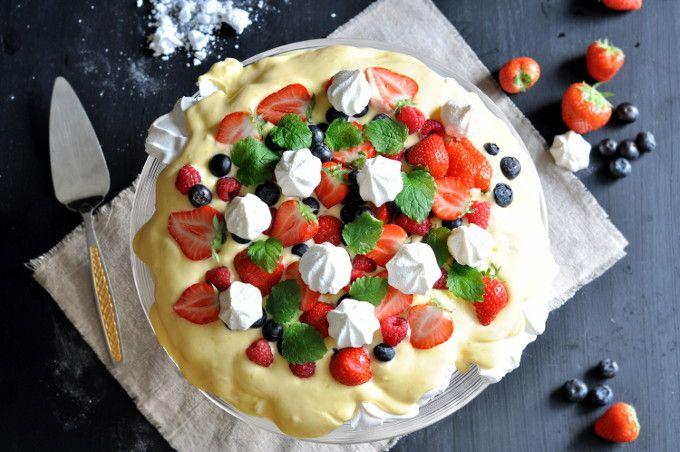 I denne oppskrifta på pavlova med hjemmelaget sitronkrem og ferske bær finner man søtt og syrlig i en herlig blanding av gode og friske smaker.