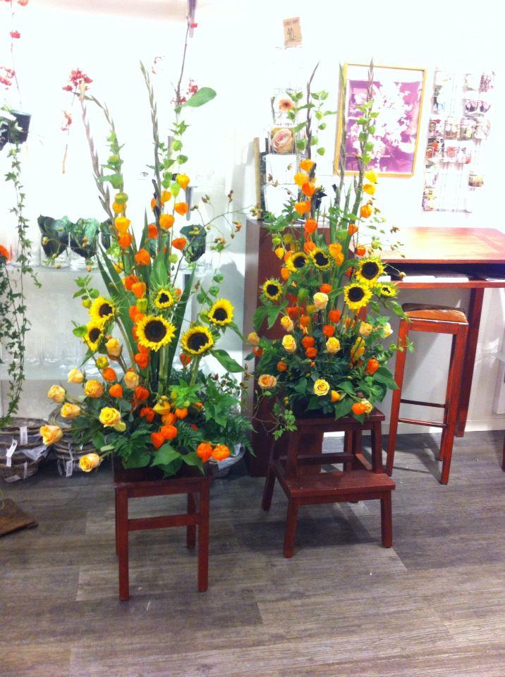 Scenedekor med roser, solsikker og physalis. Min til høyre.