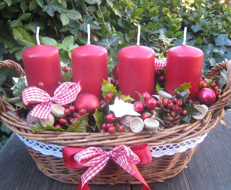 Adventní+košíček+do+vínova+Proutěný+košíček+o+délce+cca+27cm.+Velmi+trvanlivá+vánoční+dekorace.+Pod+svíčkami+jsou+umístěny+také+plechové+bodce.