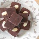 Deze recepten voor suikervrije chocolade bewijzen dat het wel degelijk mogelijk is om lekker én verantwoord te snoepen! Frisse chocolaatjes uitwww.annemiekeskeuken.nl Ingrediënten:100 ml cacaoboter of kokosolie - 50 ml rauwe cacaopoeder - 1/4 uitgeperste sinaasappelsap - 1 el. rozijnen - 1 el.