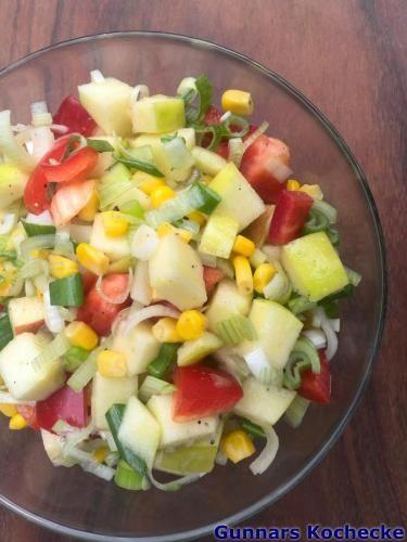 Paprika-Mais-Salat mit Apfel und Frühlingszwiebeln - #Rezept