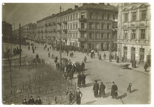 Warszawa, late 1920s. A busy street scene on Muranow Street, in the heart of the Jewish Quarter.