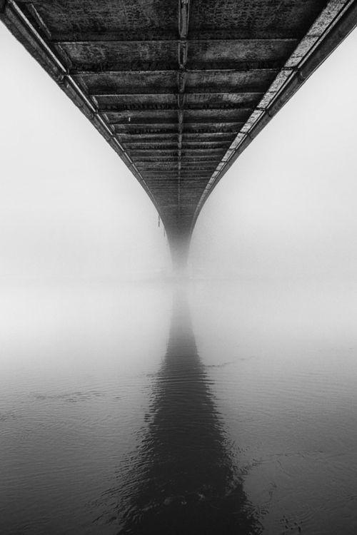 Mooi hoe de scaduw van de brug overgaat in de brug zelf. Dat tesamen met de mist zorgt voor een zeer fraaie compositie.