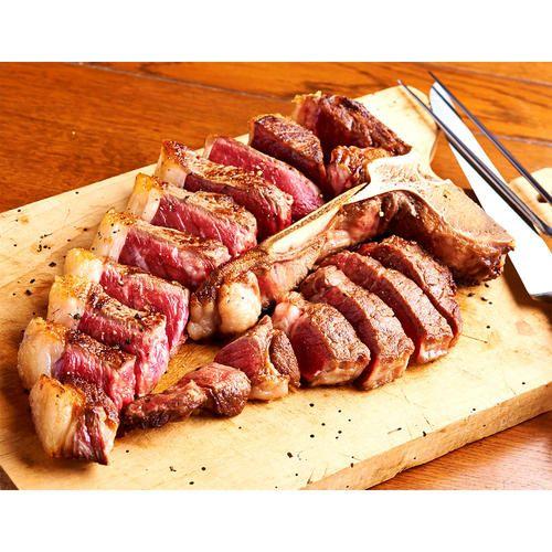 全米の名店レストラン(「ブライアントクーパー」「ピータールーガー」「クラブ21」など)に肉を卸す「マスター・パーベイヤーズ」社が選び抜いたアンガスビーフを、さの萬の技術で熟成しました。 サーロイン・ロース2つの部位をお楽しみいただけるTボーン(ポーターハウス)ステーキです。深い旨みと香り、肉本来の味の濃さをお楽しみいただけます。