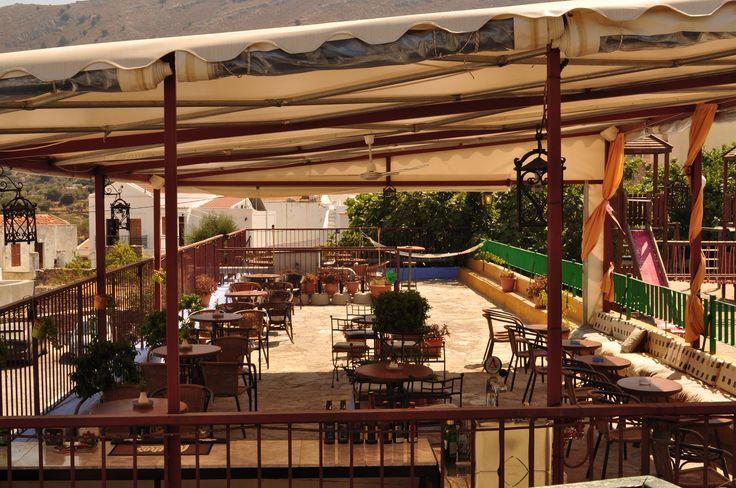 """Η ταράτσα του """"Brasserie Μαντείο"""", στην Σύμη, έχει πανέμορφη θέα."""