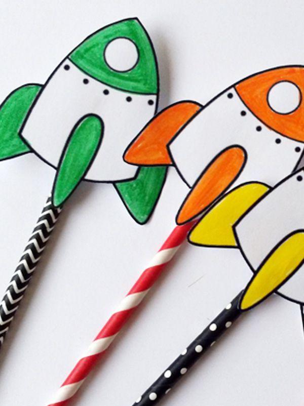 Fabriquer un télescope lunette astronomique avec du carton et de la peinture ? Imprimez des fusées pour faire une course de navettes spatiales avec des pailles ? Gargoter dans de la pâte à modeler galaxie pleine paillettes ? Ou encore... bricoler un rocket pack si vos enfants rêves d'aller sur la lune ? Tous nos bricolages sur l'espace seront parfaits pour créer des animations sur l'astronomie pour les enfants. Prêts ? 3, 2, 1... décollage !