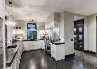 Kitchendesign and realisation: Derk Ruimtelijke Vormgeving ©photography René van Dongen