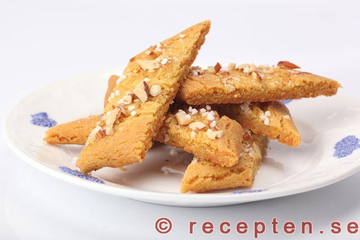 Saffranskolakakor - Otroligt goda och lättbakade kakor med smak av saffran och kola. Recept på saffranskolakakor.