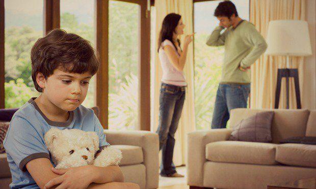 """""""Há tempos, sabemos da importância da infância para uma vida adulta feliz e saudável. Recentemente, li algo sobre o assunto, que citava o seguinte exemplo: se uma criança, que chora e pede para ser alimentada, é ignorada pela mãe no momento do choro, mas é atendida quando espera em silêncio, esta criança grava em seu subconsciente, que quando quer alguma coisa não deve pedir e nem chorar, mas esperar."""""""