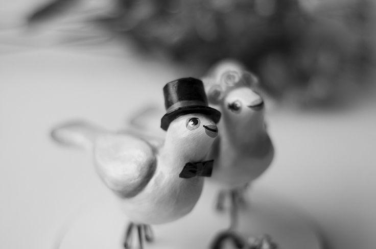 O dia do casamento é uma das datas mais marcantes na vida de um casal e por isso, cada detalhe precisa ser cuidadosamente pensado para que as boas lembranças nunca se apaguem. <br> <br>Os pássaros são feitos de papel machê e as flores da grinalda são de fita de cetim. O buquê é feito com flores secas, o véu da noiva de tule e a base redonda é de madeira MDF. <br> <br>Você pode personalizar a cor das flores do buquê e da grinalda. Basta informar suas preferências pelo campo de mensagem, no…