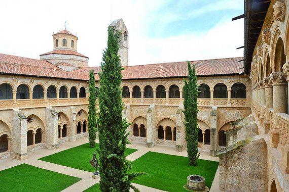 Ein Urlaub im Castilla Termal Monasterio de Valbuena im spanischen San Bernardo, Valladolid ist eine unvergessliche, entspannte Zeit in einzigartiger Umgebung. Wer einmal einen Fuß in das 5-Sterne Thermalhotel gesetzt hat, wird es mit Sicherheit nicht mehr vergessen. In einem geschichtsträchtigen Kloster aus dem 12. Jahrhundert wurde das luxuriöse Wellnesshotel errichtet und ist eines der ersten Thermalbäder der Region León in Kastilien.