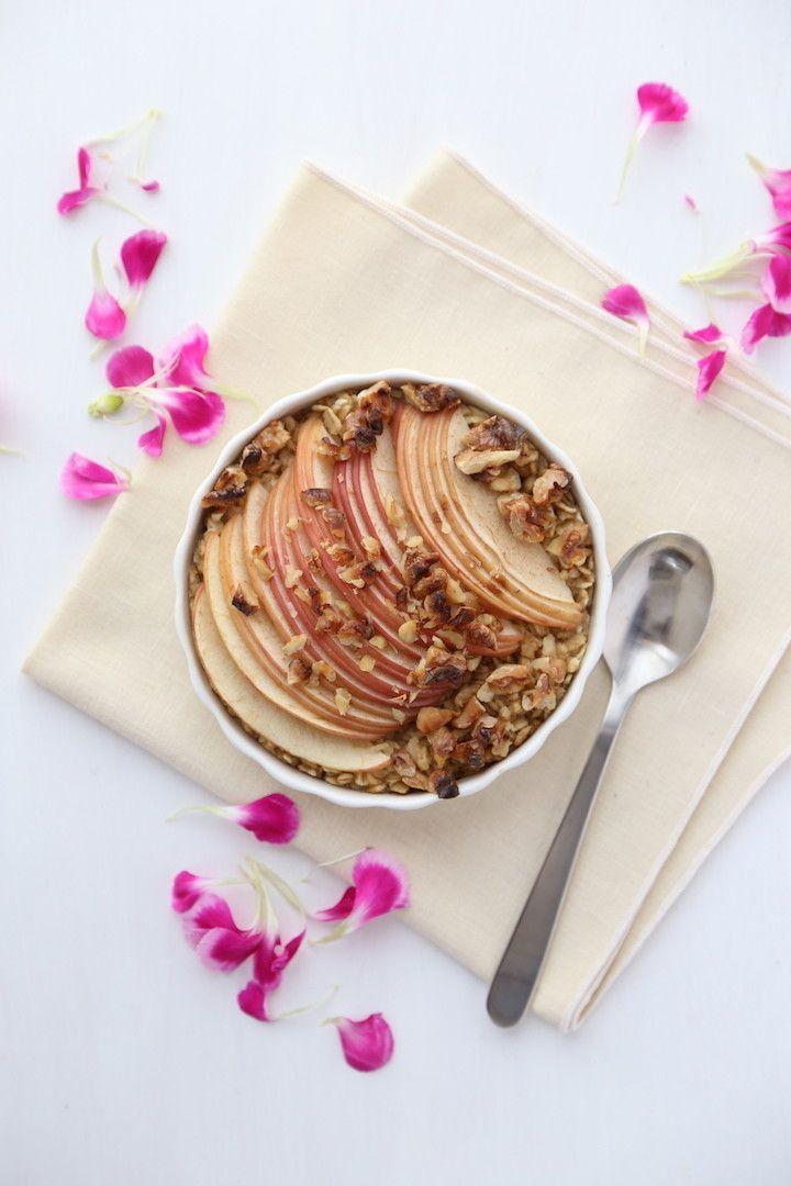 りんごとシナモンのベイクドオートミール     オーブンで焼くだけかんたん朝ごはんレシピ リメンバーザレモン    材料 (1人分) オートミール 60g 豆乳 1/2カップ りんご 1/4個 バナナ 1本 くるみ 大さじ1 ココナッツシュガー 小さじ1 シナモンパウダー 小さじ1 塩 ひとつまみ    作り方 1   バナナをフォークでつぶしておく。りんごは薄切りに。 2   オートミール、シナモンパウダー、ココナッツシュガー、塩をボウルに入れ軽く混ぜ合わせる。 3   豆乳、つぶしたバナナをボウルに加え、よく混ぜ合わせる。 4   180度のオーブンで20分ほど焼いて、できあがり。 コツ・ポイント 表面にココナッツシュガーをふりかけて焼いてももおいしいです^^。