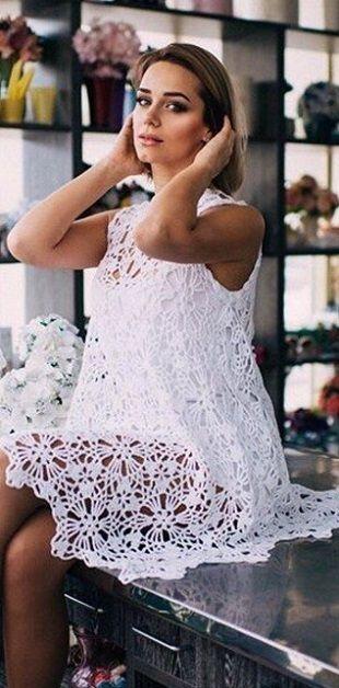 Вязание платья из круглых мотивов Расклешенное платье связано крючком из круглых мотивов. Платье предназначено для ношения в летний зной. Оно связано из натурального хлопка, хорошо вентилируется и одновременно защищает от солнца. В таком платье вам будет не жарко при высоких летних температурах. Самая широкая часть платья состоит из двенадцати круглых мотивов, по шесть с каждой стороны. В каждом последующем ряду, начиная снизу вверх следует убавлять по два мотива пока их не останется…