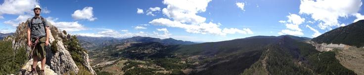 En la cima de la vía ferrata de les roques de l'Empalomar, con vistas a Vallcebre, el risco de Conangle y los yacimientos paleontológicos de Fumanya.