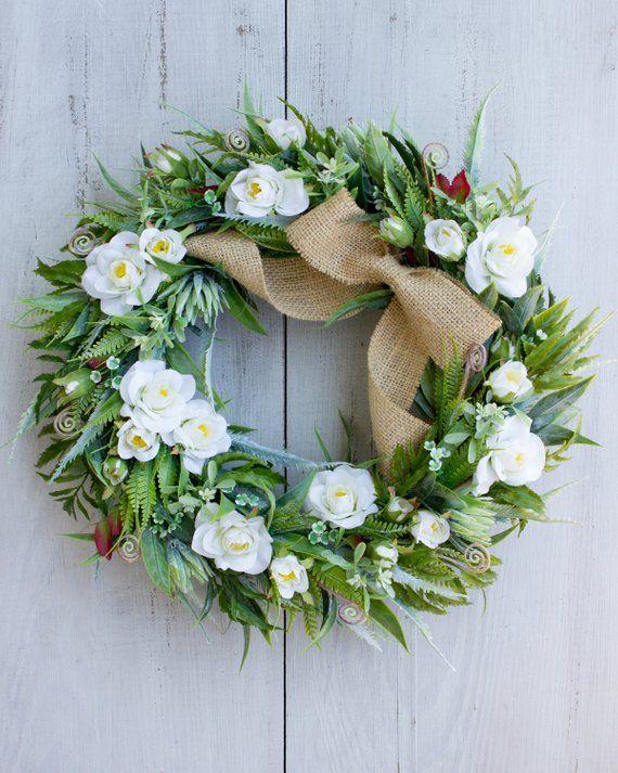 Elegancki Wieniec W Stylu Boho Sklad Roznych Rodzajow Lisci Zostal Umieszczony Na Szarej Bazie Wikliny Lisc Summer Door Wreaths Handmade Wreaths Cedar Wreath