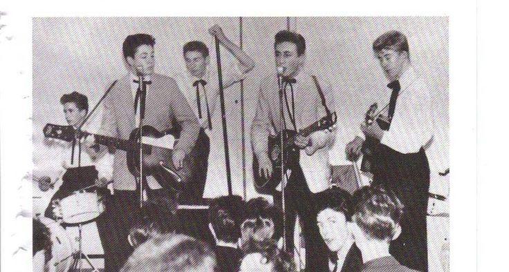 O início. O grupo Quarrymen, com Paul McCartney (à esquerda) e John Lennon, vestidos com blazers