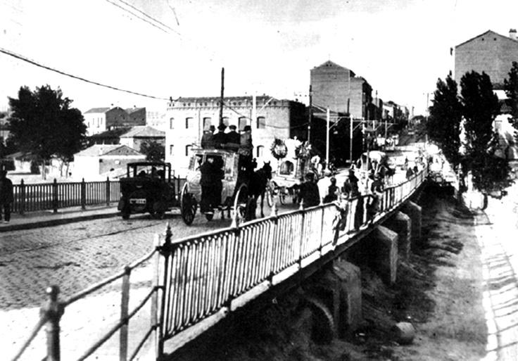 """Un cortejo fúnebre cruza el antiguo puente de ventas camino del cementerio del Este, o de la Almudena. Foto de 1925 de """"Memoria de Madrid"""""""