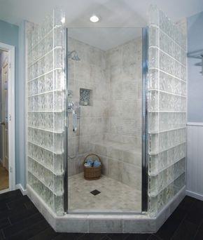 Vetromattone in doccia - Il vetrocemento, conosciuto anche come vetro mattone, è un elemento per realizzare una parete, un separé, un finestra o decorazione alternativa che ci permette di non rinuciare alla luce. Con questi piccoli tasselli solitamente quadrati si possono realizzare cabine doccia, pareti per la vasca, separé nella zona giorno ma anche nella zona notte. Si possono decorare le camerette, dividerle in due senza alzare freddi muri di cemento. Insomma, ci sono moltissimi modi…