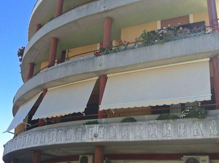 Tende a caduta con braccetti a ringhiera, montante su balcone curvato.