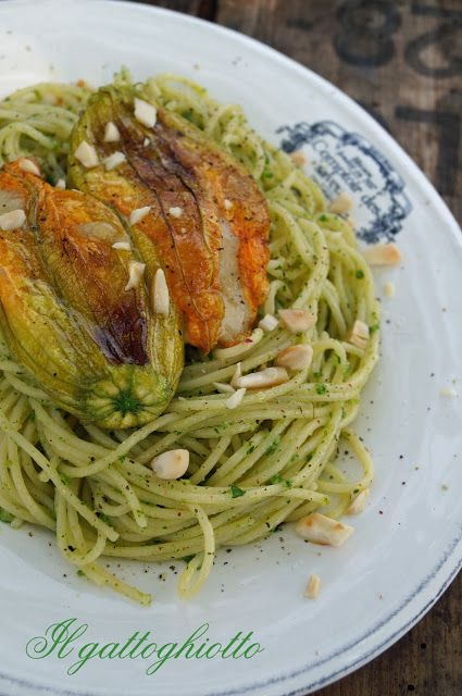 Spaghettini al pesto di prezzemolo e mandorle con fiori di zucca ripieni / Spaghetti with parsley pesto and zucchini flowers stuffed with almonds