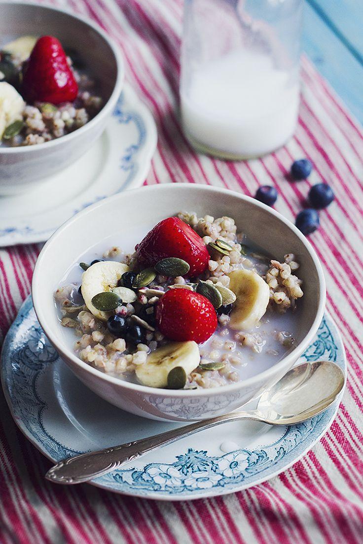 Gröt på helt bovete med jordgubbar, banan & blåbär - Hur bra som helst - Hanna Göransson