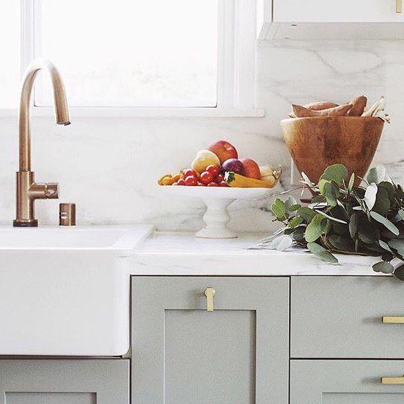 Pigeon van Farrow and Ball is een mooie kleur om de keukenkastjes mee te pimpen.