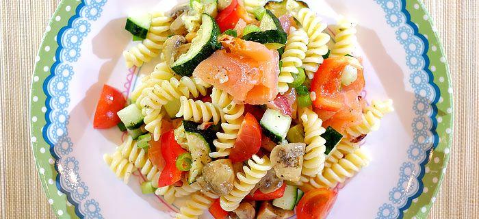 Deze pastasalade met gegrilde courgette, pesto-champignons en flame roasted zalm is makkelijk te maken en vol smaak. Hier vind je het recept.