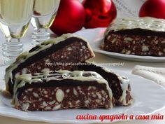 Il torrone morbido al triplo cioccolato e mandorle è un'idea golosa che potrai preparare facilmente a casa durante le feste di Natale. Lo facciamo?