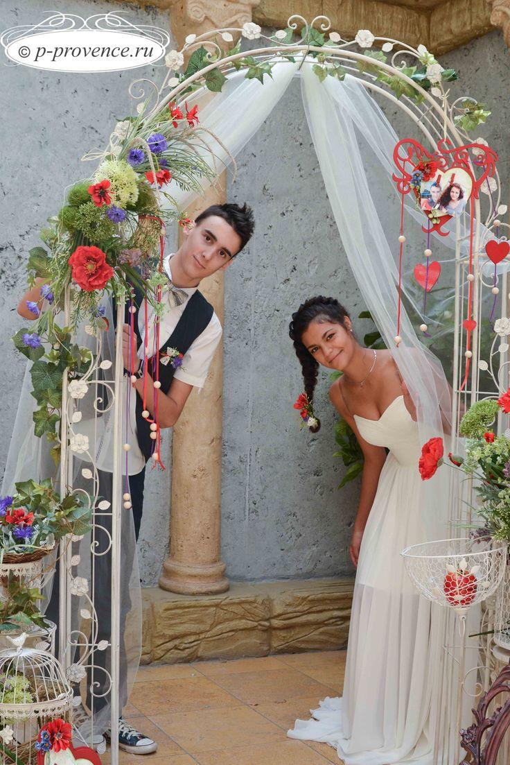 Свадебная арка - элемент европейского свадебного декора, главный атрибут выездной регистрации, ведь именно стоя перед аркой, молодые произносят клятвы в верности и любви, обмениваются поцелуями и кольцами. И именно украшенная цветами арка становится основной фотозоной на модной свадьбе.  Арка издавна считалась символом благополучия. В былые времена даже существовал свадебный обычай, согласно которому, чтобы быть счастливыми в семейной жизни, жених и невеста должны были пройти под аркой.