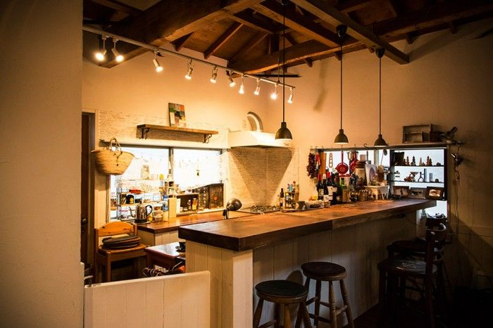 3代続いた仕立屋で使われていた天板をキッチンカウンターに。スツールの上のレザークッションは緑さんのお手製。