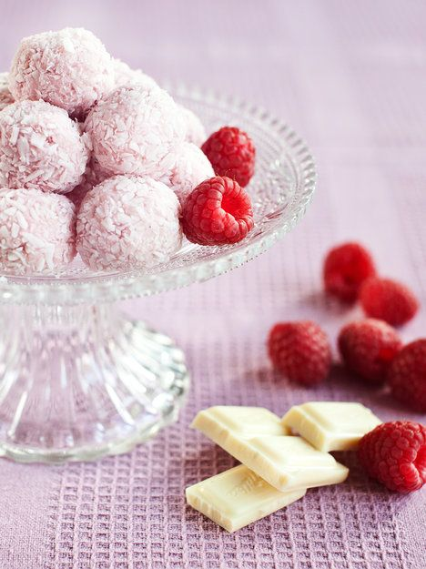 Malinovo-kokosové kuličky z bílé čokolády