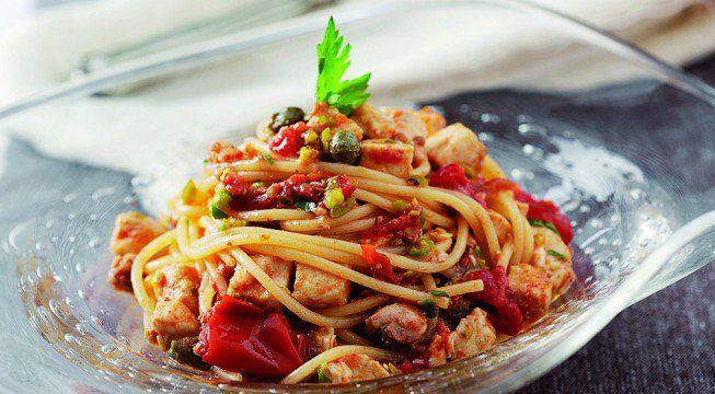 La ricetta degli spaghetti al ragù di pesce spada e pistacchi ha tutto quello che serve: sapore deciso, profumo di mare, croccantezza ed ingredienti pregiati che non potranno che piacere ai vostri commensali. La versione proposta è di Gianluca Nosari: tutti i suoi piatti di pesce, da quelli classici a quelli innovativi, hanno un tocco…