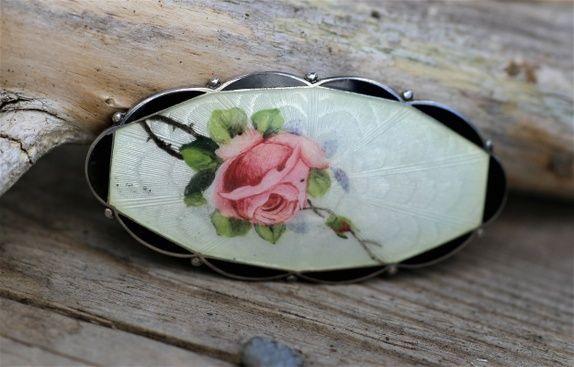 O.F. Hjortdahl. Brosje i sterling sølv og emalje, med håndmalt rose. Vintage