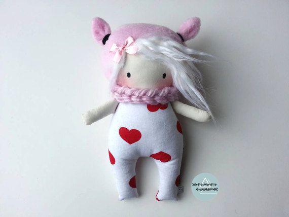 Cette poupée se nomme Valentine! C'est une adorable poupée qui aime faire des câlins et donner des bisous! Elle ne demande qu'à être aimée et cajolée toute la journée! Selon elle, l'amour est à l'origine de la vie et c'est pourquoi il est important d'ouvrir son cœur. Prenez-la dans vos bras aussi souvent que possible, car elle a besoin de votre amour! >>>>>>>>>>><<<<<<<<<<<< Cette poupée a été confectionnée avec beaucoup dam...