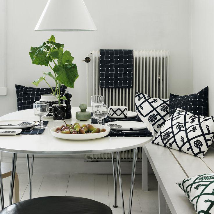 So kann eine Küchenecke in monochromem Design aussehen! Die Spaljé Kollektion von Marimekko umfasst Küchentextilien und Geschirr mit einem grafischem Design. Das Muster der Küchenutensilien lässt sich gut mit Wohntextilien kombinieren.