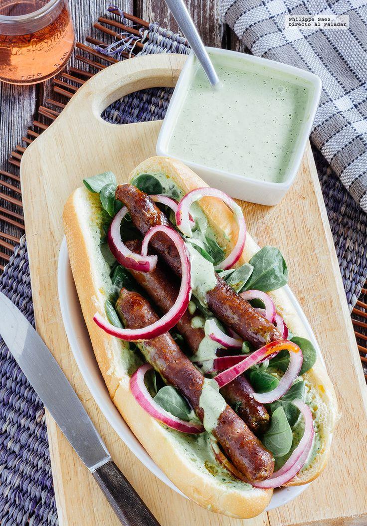 Receta de hot dogs de chistorra con aderezo de cilantro. Receta con fotografías del paso a paso y recomendaciones de degustación. Recetas de sád...