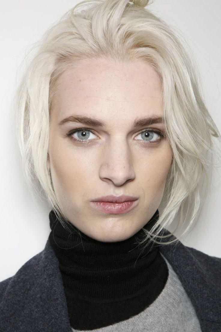 Как затемнить выбеленные волосы -обычно должны заполнить волосы пропавшего пигмента , если я собираюсь коричневый цвет, который является чистым золотом пигмент. - вам потребуется три дюйма Schwarzkopf Igora Color Creme в 0-55 с полдюйма меди и три дюйма уровня шесть золотых.
