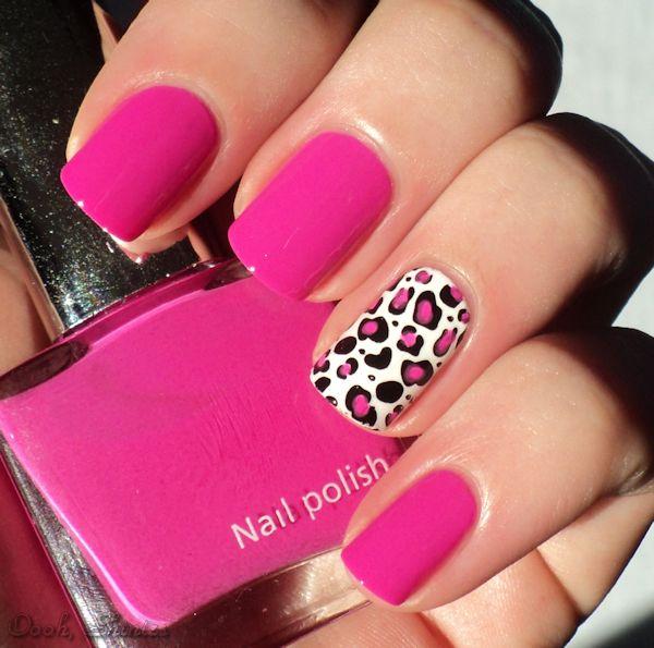 Pink com desenho de oncinha em um dedo.