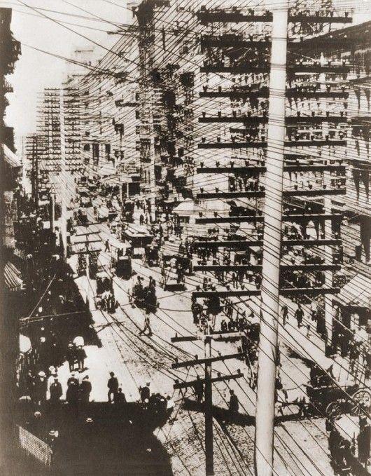 Il pasticcio folle di cavi telefonici a New York nel 1880, solo poco più di 10 anni dall'invenzione del telefono...
