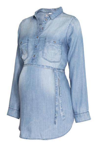 MAMA Blusa de lyocell: CONSCIOUS. Blusa de mangas compridas em tecido lavado e macio de Tencel® lyocell. Tem gola e botões na parte de cima, um bolso no peito com botão e cinto de atar. Base arredondada.