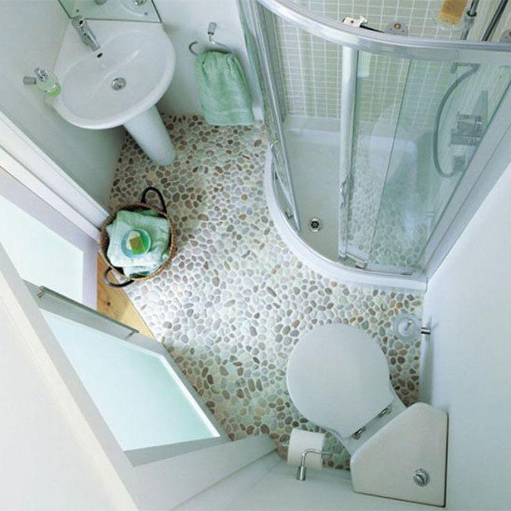 Угловой унитаз поможет сэкономить драгоценные квадратные сантиметры маленькой ванной. От обычного он отличается только формой сливного бачка и бывает напольным и навесным. #санузел #плитка #сантехника http://santehnika-tut.ru/unitazy