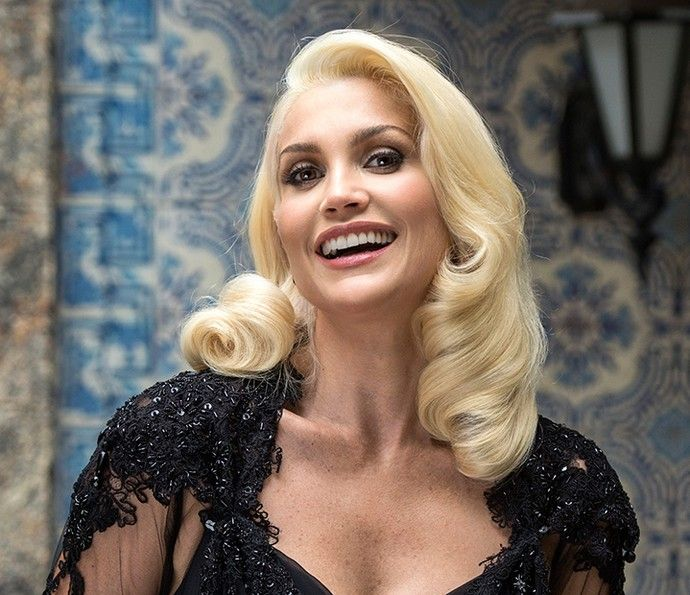 Flávia Alessandra está linda com o loiríssimo cabelo de Sandra, de 'Êta Mundo Bom!' (Foto: TV Globo / Estevam Avellar)