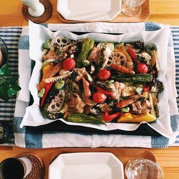 「村井さんちのオーブン焼き」という不思議な名前の料理。オーブンの天板いっぱいにぎゅうぎゅう詰めて焼き上げられた、とっても豪快な料理です。なのに、色とりどり・いろいろな形の野菜たちがすごくおしゃれ!そして、味もバツグンなんだとか♡
